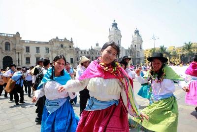 Cientos de danzantes ayacuchanos celebraron carnaval en sede del Ejecutivo